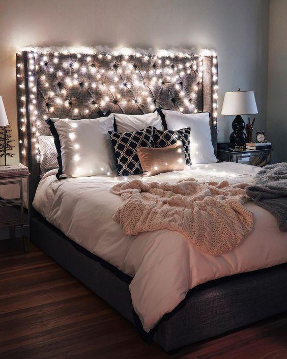 le luci che coprono la testiera sono un'idea molto bella e semplice per far risplendere molta luce nella tua camera da letto