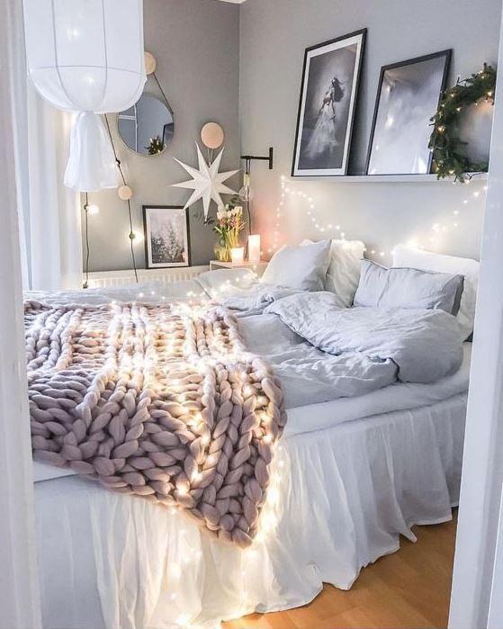 luci sopra il letto e intorno e una lanterna di carta da sogno