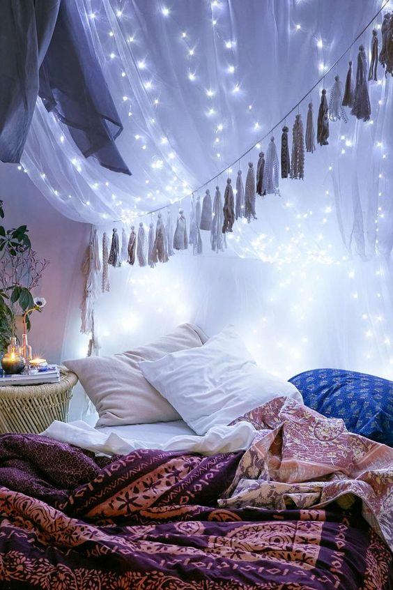 un baldacchino in tessuto semitrasparente con nappe e illuminazione dappertutto è un'idea molto chic e di ispirazione boho