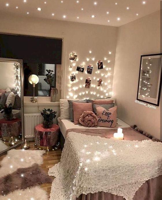 le luci sul soffitto e sopra la testiera e sul pavimento sono un'opzione carina e stravagante