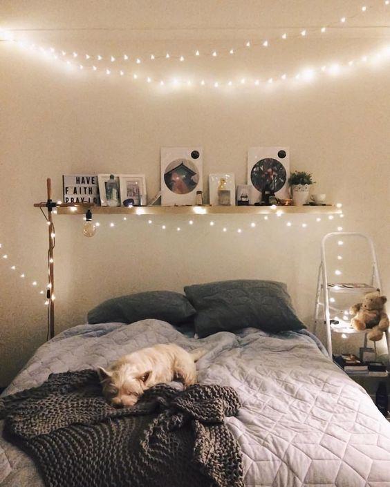 luci sopra il letto e intorno per un look semplice e romantico