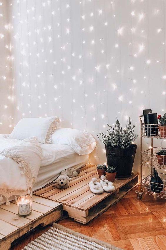 una tenda luminosa sulla parete della testiera è un'idea molto carina che attirerà l'attenzione ogni volta
