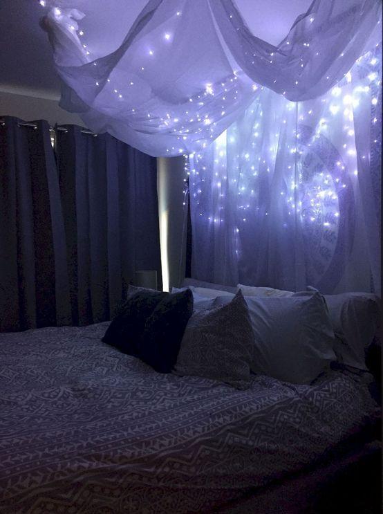 un baldacchino di tessuto bianco arioso e luci su tutto il letto è un'opzione molto romantica