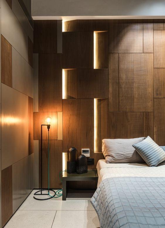 le luci integrate nei pannelli a parete conferiscono allo spazio un aspetto moderno e audace