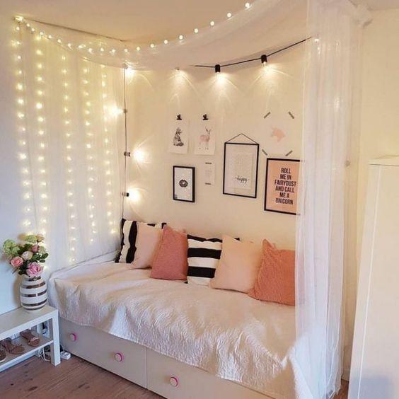 un baldacchino con illuminazione su un lato del letto e anche sopra