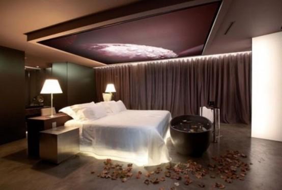 un letto con luci interne e un'opera d'arte con luci sopra il letto