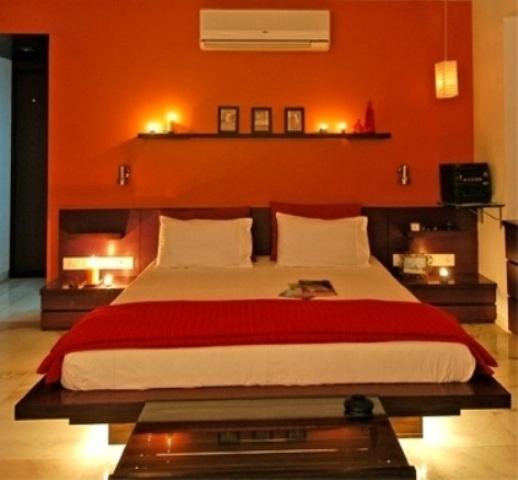 luci interne e candele sugli scaffali e sui comodini per una camera da letto moderna e audace