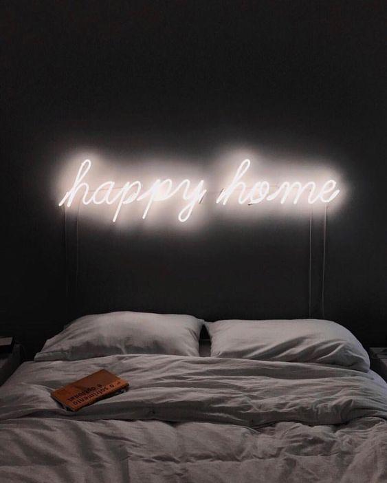 le luci al neon sopra il letto sono una bella idea per illuminare lo spazio in modo moderno ed elegante