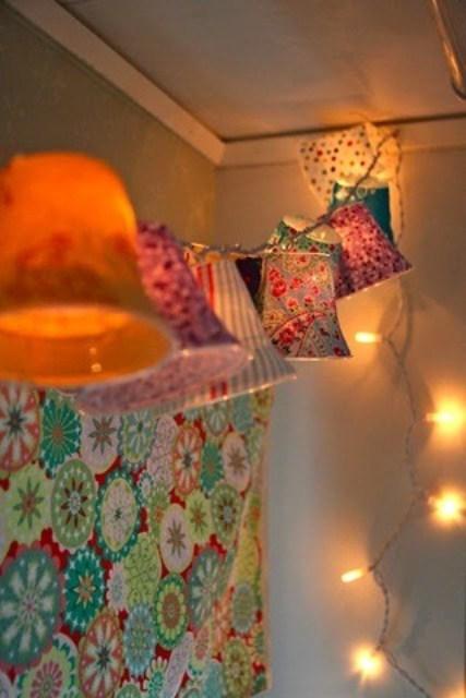 luci e una ghirlanda con paralumi colorati è un'idea piuttosto d'ispirazione vintage per illuminare una camera da letto