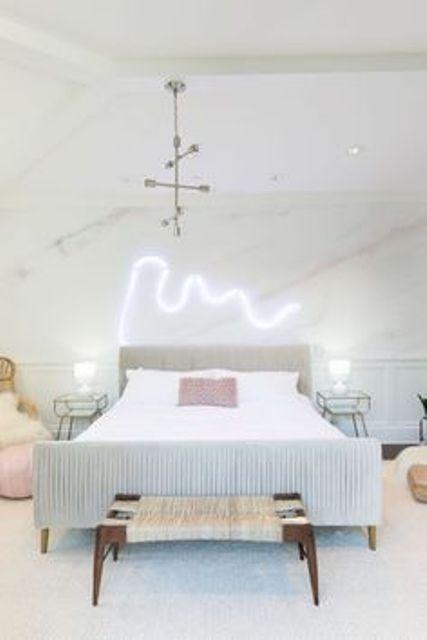 l'illuminazione al neon sopra il letto è un'idea fresca e moderna per illuminare lo spazio