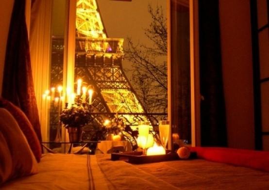 un candelabro e alcuni portacandele sembrano molto romantici e carini e la Torre Eiffel si aggiunge