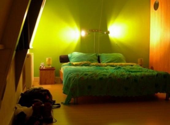 una lampada da parete creativa sopra il letto è un modo interessante per aggiungere luce allo spazio