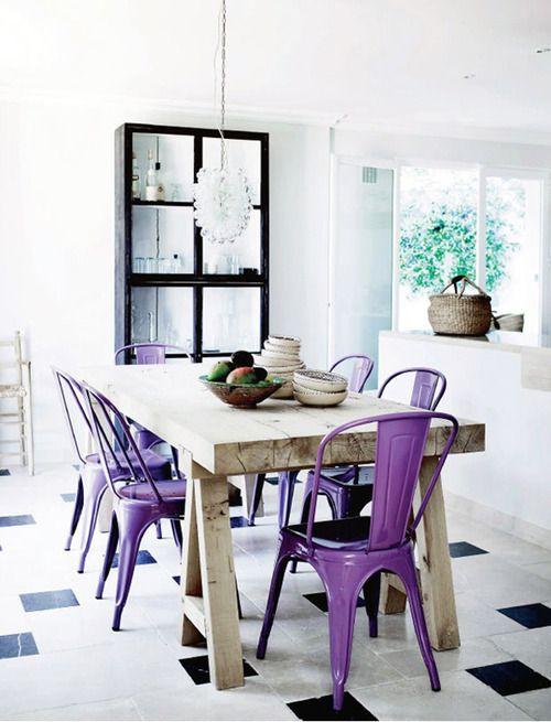 sedie classiche in metallo dipinte di viola aggiungono colore allo spazio e abbelliscono la cucina neutra