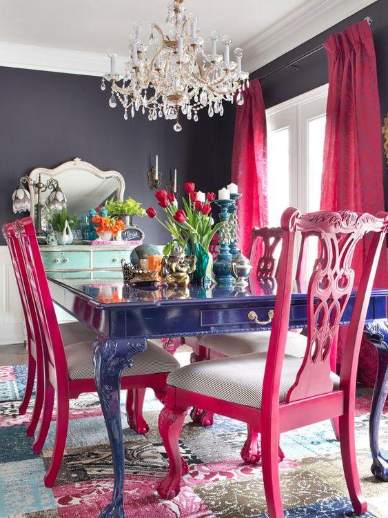 sedie rosa caldo con sedili a strisce e tende rosa caldo abbelliscono lo spazio lunatico