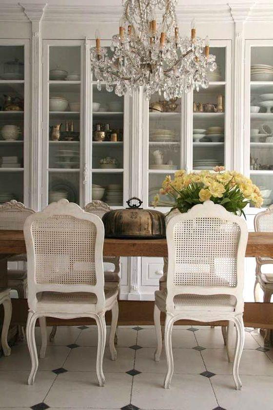 le sedie della sala da pranzo con retro in canna avorio vintage daranno un tocco di squisitezza allo spazio
