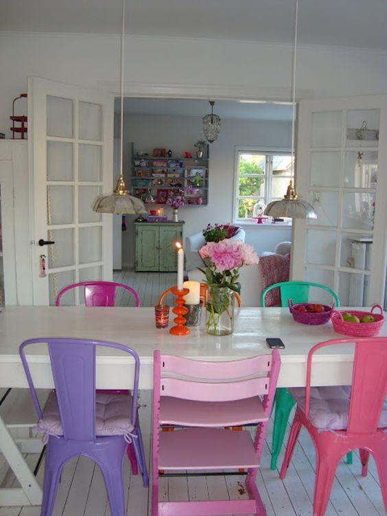 sedie in metallo colorato: le stesse sedie e tonalità diverse per una sala da pranzo eclettica e colorata