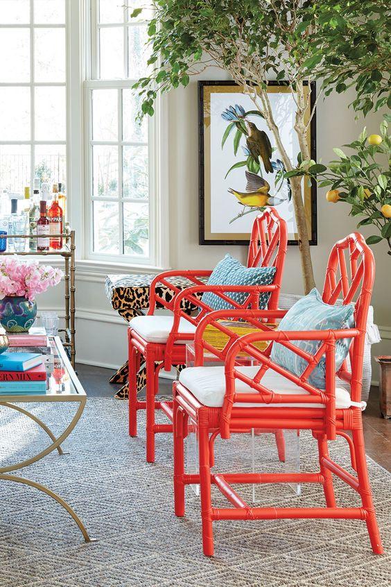 sedie pastello non corrispondenti con cuscini colorati per uno spazio da pranzo colorato ed eclettico