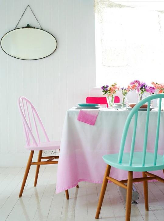 sedie dipinte a pastello con gambe macchiate sembrano molto carine e chic, aggiungeranno colore a qualsiasi spazio