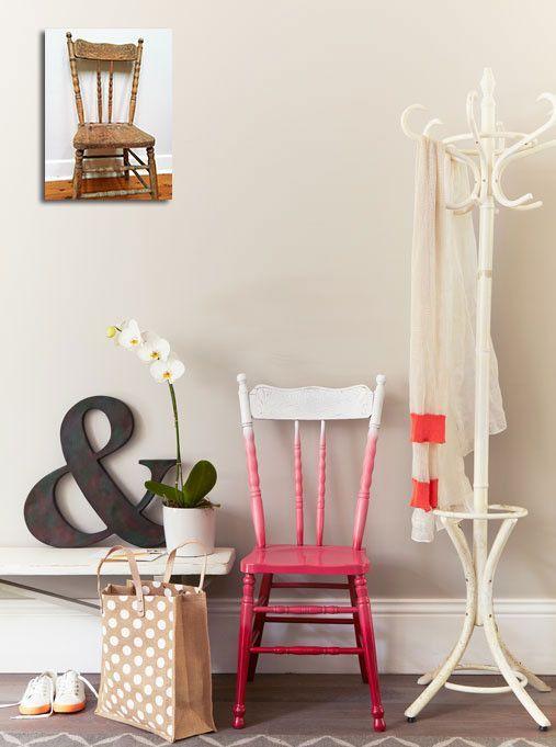 una sedia vintage ombre dal bianco al rosa caldo è una dichiarazione audace in qualsiasi spazio