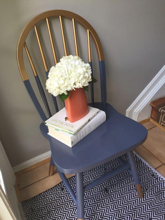 una sedia a blocchi di colore dorato e blu scuro sembra molto più moderna e audace con questa tecnica