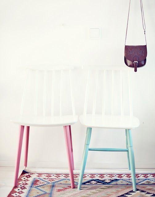 un modo inaspettato per abbellire vecchie sedie - dipingendole di bianco e le gambe in alcune tonalità pastello