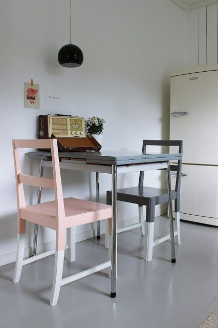 sedie color block verniciate in grigio grafite, rosa e tortora per uno spazio da pranzo retrò