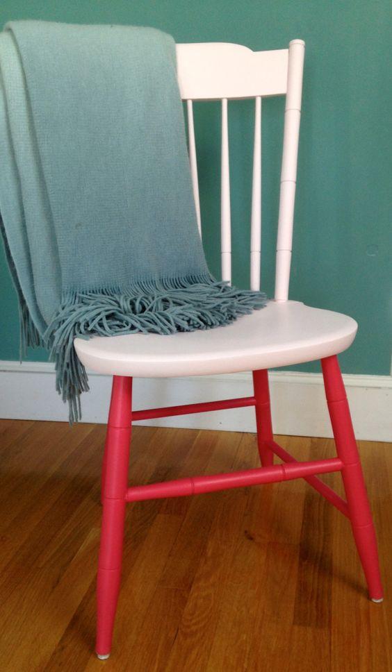un'elegante sedia bicolore in crema e rosso sembra accattivante e giocosa e aggiungerà colore a qualsiasi spazio