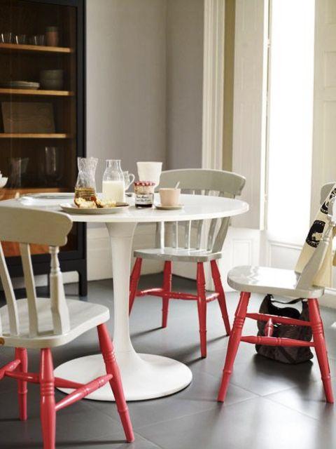 sedie e tavolo vintage bianco sporco e gambe in corallo vivente danno un tocco tagliente allo spazio