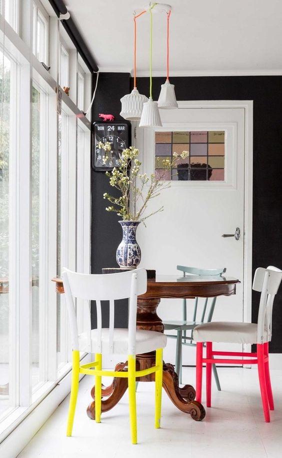 abbellire una sala da pranzo monocromatica con tocchi al neon: gambe al neon e cavi della lampada sul tavolo