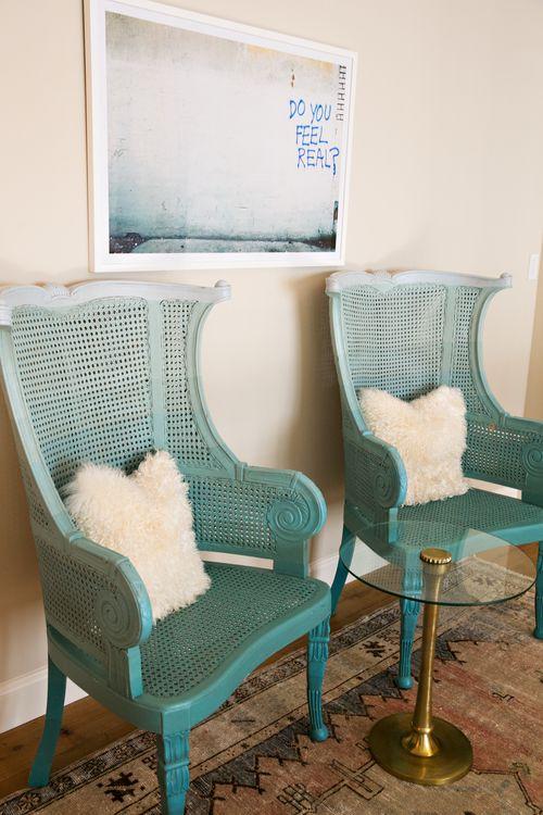 sedie di canna vintage dipinte di turchese ombre eleveranno lo stile del tuo spazio a un nuovo livello