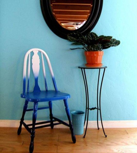 aggiorna un pezzo di fruniture vintage trasformandolo in una sedia ombre audace dal bianco al blu scuro