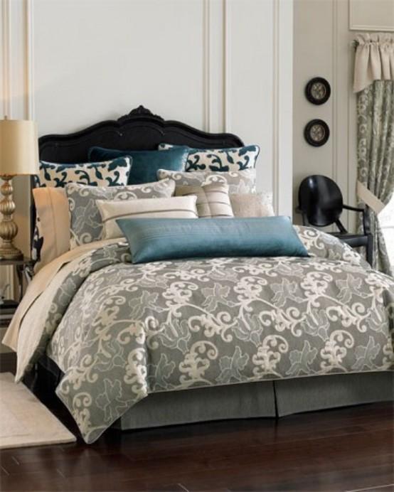 una camera da letto cremosa con un letto di velluto blu scuro, biancheria da letto grigia e blu con stampe