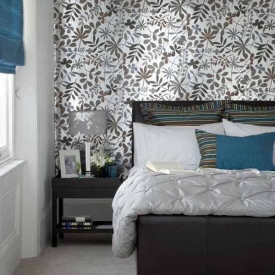 una camera da letto grigia e argento con tocchi di blu intenso è uno spazio molto raffinato