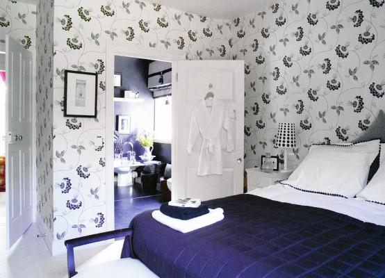 una camera da letto blu scuro, cremosa e bianca con un letto grigio e biancheria da letto audace