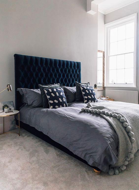 una bellissima camera da letto in grigio tortora con un sacco di texture e un letto imbottito in velluto verde acqua chic