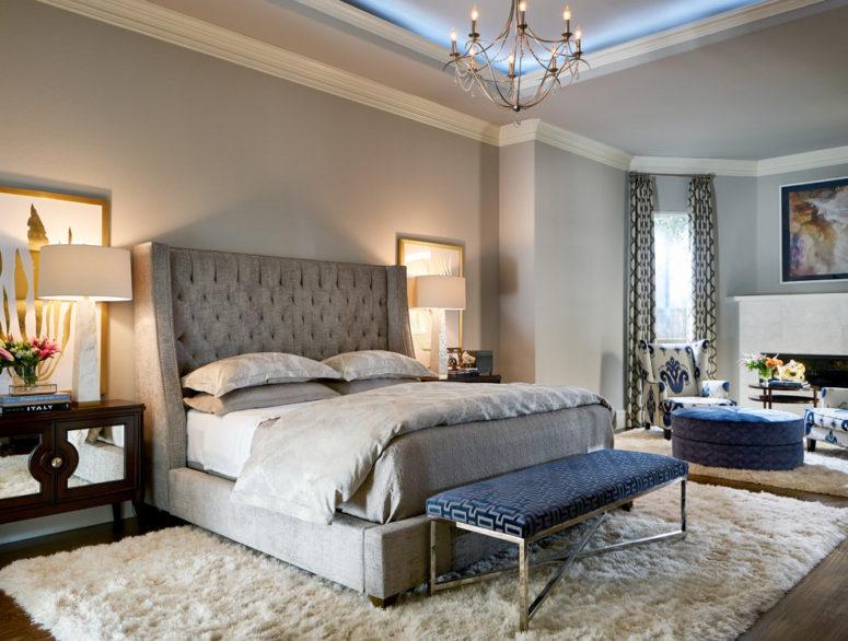 una camera da letto grigio chiaro con molta consistenza e un unico accento blu scuro - una panca imbottita
