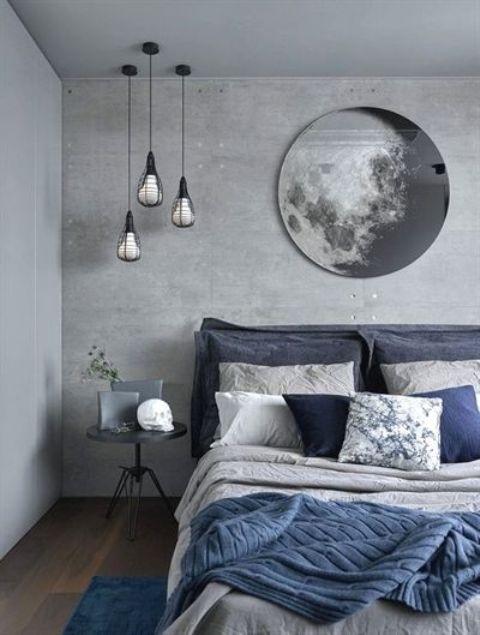 una camera da letto grigia con un muro di cemento, un letto imbottito e tocchi di blu navy