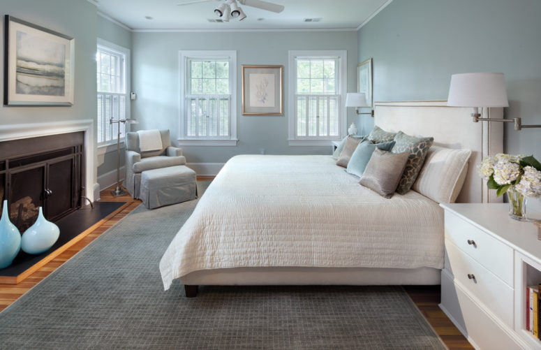 una camera da letto moderna realizzata in una combinazione di azzurro e grigio dappertutto, con alcuni tocchi cremosi rinfrescanti