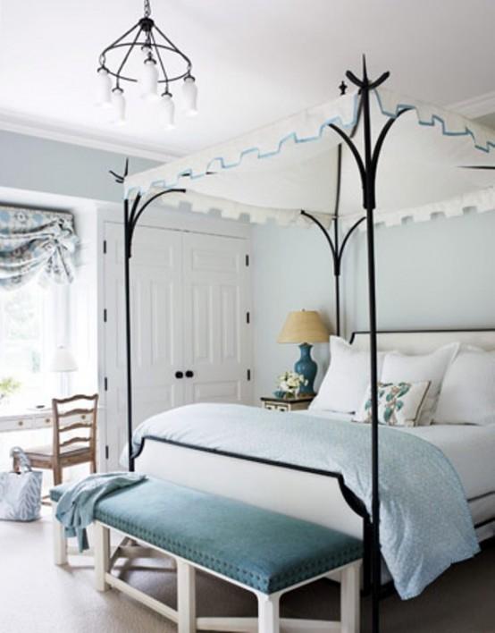 una camera da letto azzurra e cremosa con tocchi di nero per più drammaticità