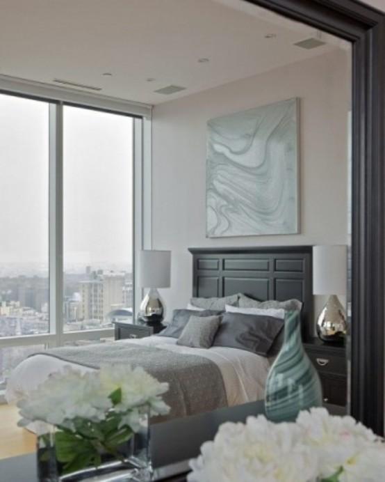 una camera da letto grigio chiaro e cremosa con tocchi di blu tiffany