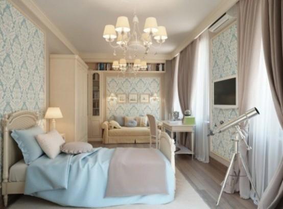 una camera da letto color crema e grigio chiaro infusa con tocchi di azzurro - biancheria da letto e carta da parati