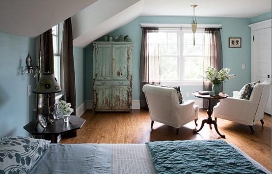 una camera da letto di ispirazione vintage in una tonalità più chiara di blu, con tocchi di crema, grigio e marrone