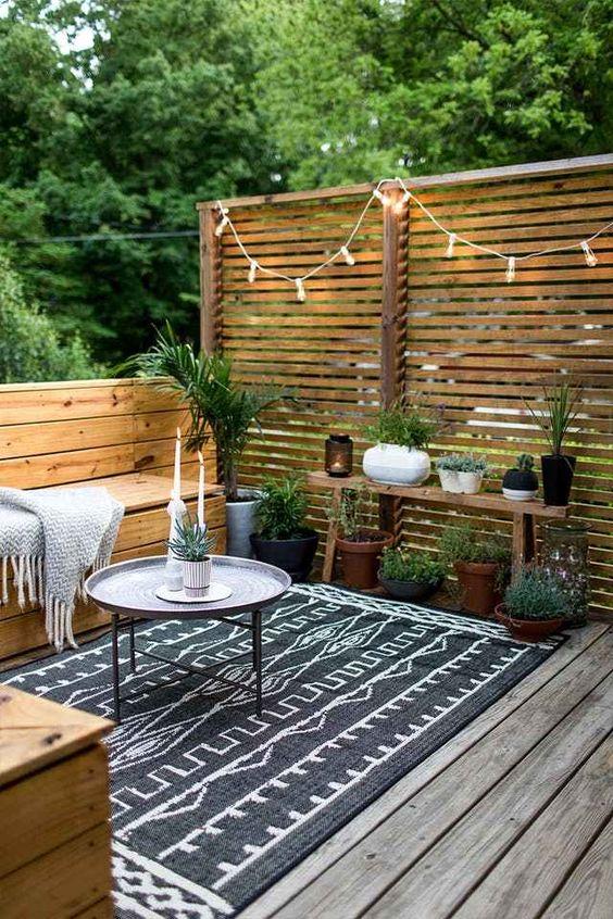 semplice legno stagionato e un tappeto in cima sono ciò di cui hai bisogno per un ponte accogliente e fresco