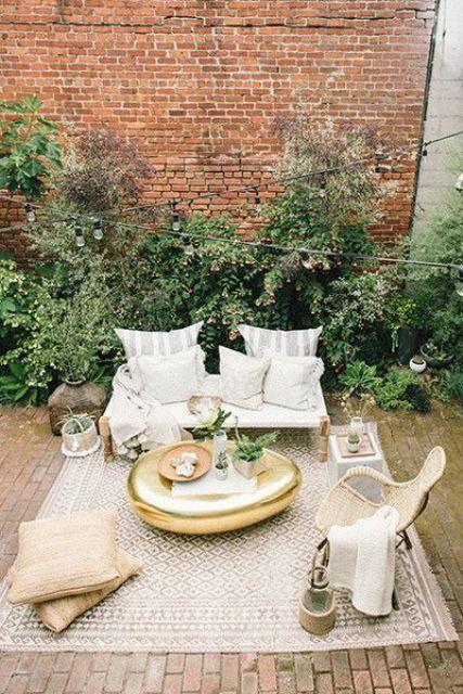 la creazione di stanze interne all'aperto è una tendenza calda da provare, porta molto comfort e un'atmosfera accogliente