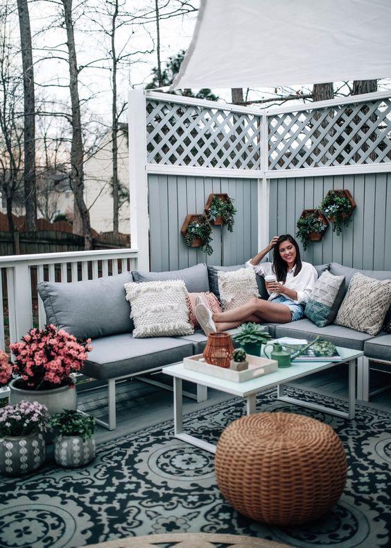 i mobili moderni e confortevoli oggi possono essere utilizzati sia all'interno che all'esterno: all'esterno crea un'atmosfera accogliente, all'interno rinfresca lo spazio