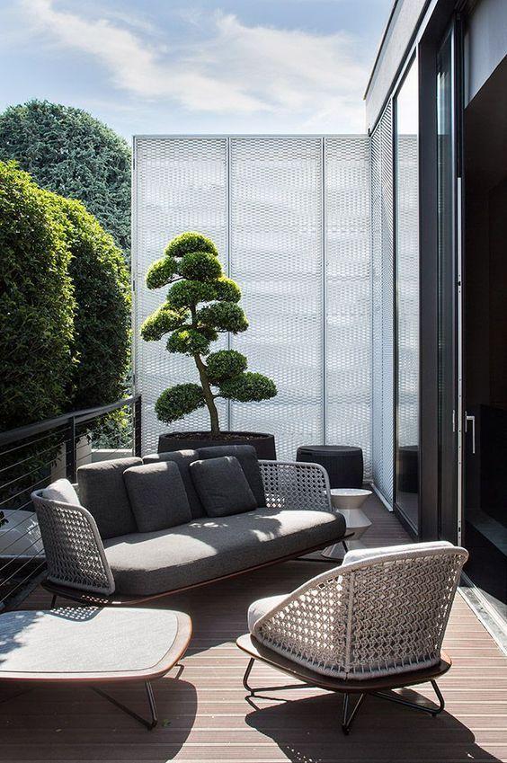 tali mobili in vimini porteranno una sensazione all'aperto all'interno e renderanno il tuo spazio esterno più invitante
