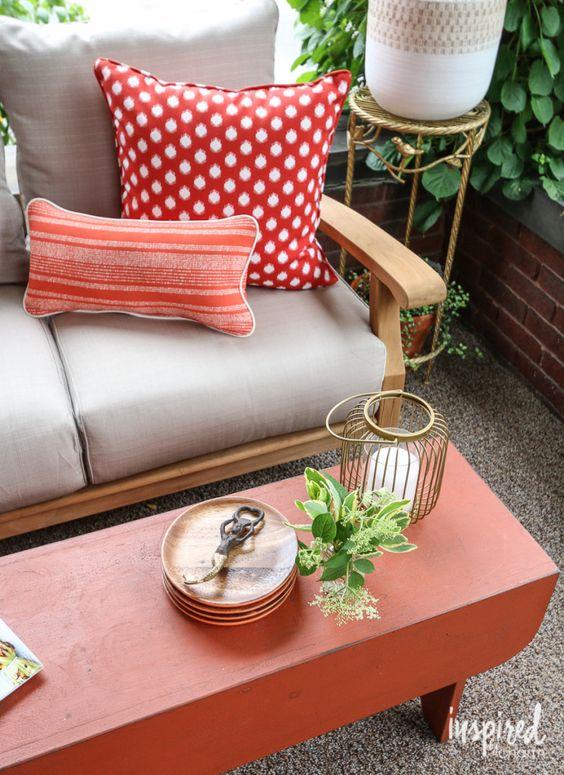 cuscini colorati, una lanterna a candela e piante in vaso compongono l'intero spazio rendendolo più bello