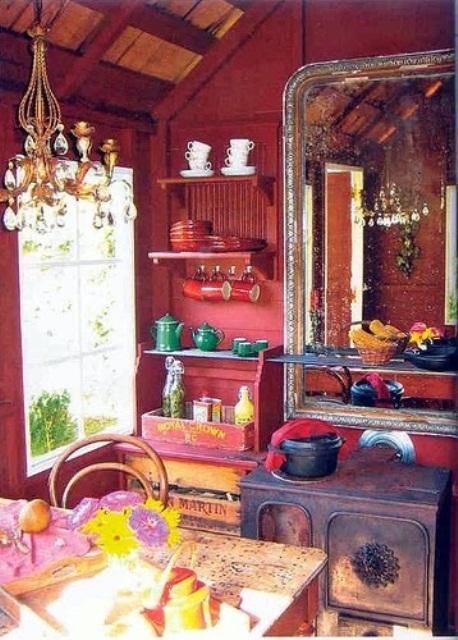 un boho incontra una cucina vintage fatta in rosso, rosa e giallo