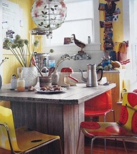 un colorato retrò incontra la cucina boho in audaci rosso e giallo, una sedia e una lampada stampate