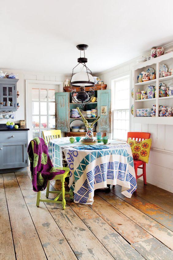 armadi blu, una credenza turchese e sedie colorate, tessuti e porcellana